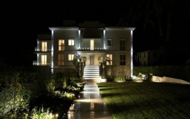 Penthouse and Apartments in Villa into the Garda Lake